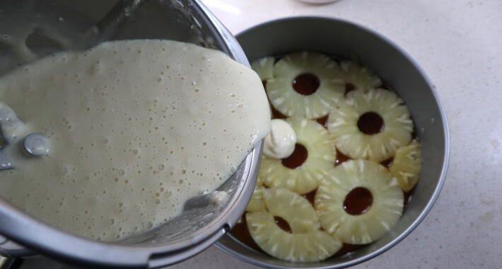 Echamos la masa del bizcocho encima de la piña para hacer la tarta de piña al revés de Thermomix