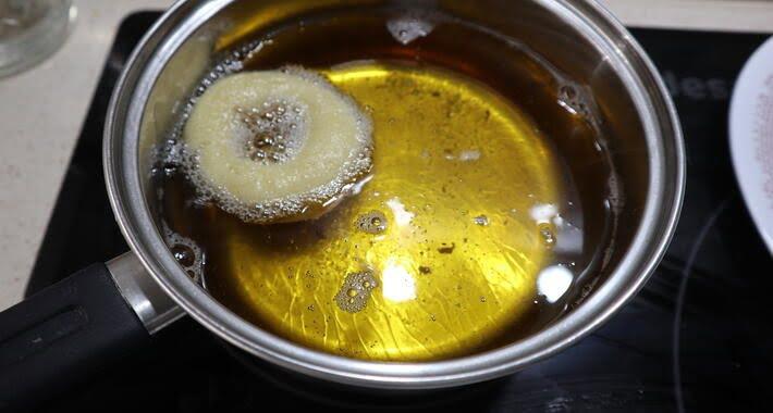 Echamos las rosquillas en aceite para freír
