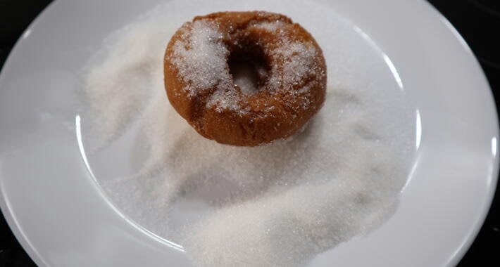 Pasar las rosquillas por azúcar