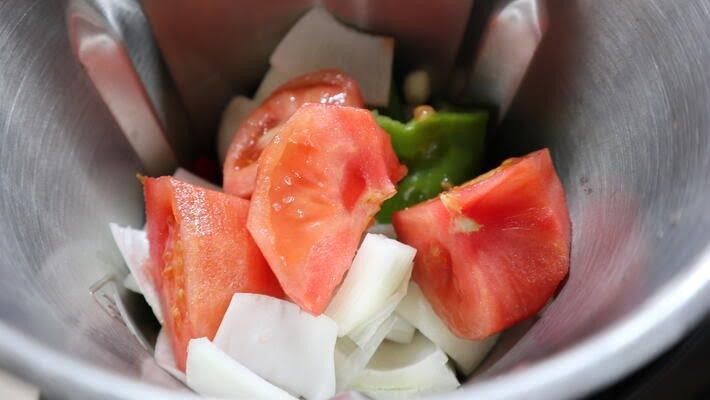 Echar las verduras para picarlas en la jarra