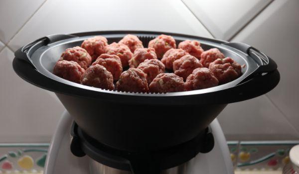 Ponemos la carne picada y lo cocinamos al varoma