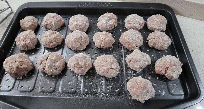 Ponemos las albóndigas en una bandeja de horno y horneamos