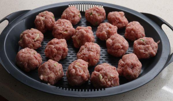 Hacemos las bolas de la carne picada