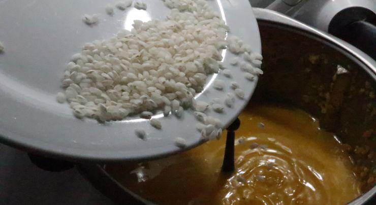 Echamos el arroz y cocemos