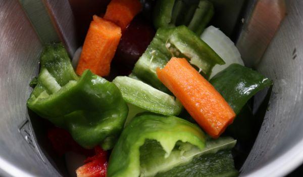 Ponemos las verduras en el vaso y trituramos
