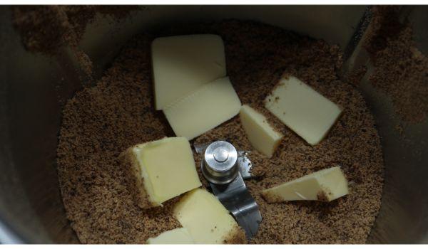 Mezclamos y derretimos la mantequilla