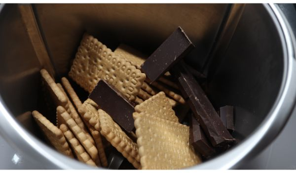 Ponemos las galletas y el chocolate y trituramos todo