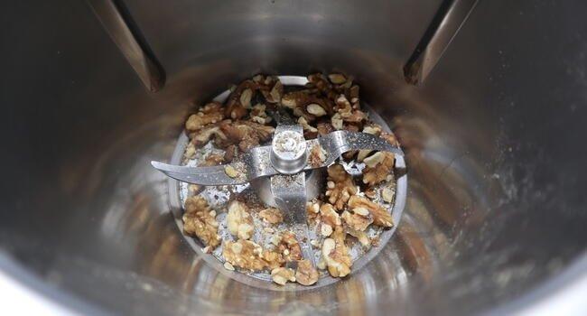 Echamos en el vaso las nueces y las vamos a picar