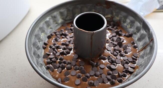 Le ponemos unas pepitas de chocolate y lo horneamos