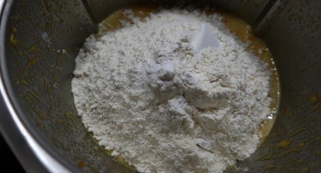 Echamos el resto de los ingredientes para hacer le bizcocho