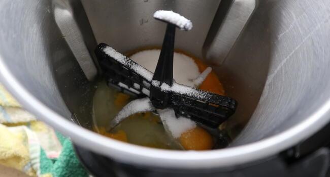 Echamos los huevos y los ingredientes para mezclar