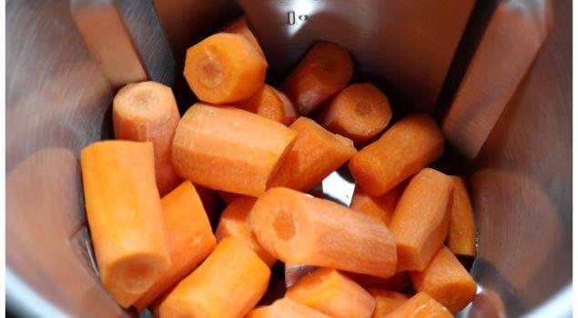 Echamos la zanahoria en el vaso para picarla