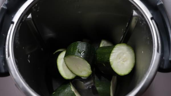 Ponemos los calabacines en el vaso y los trituramos