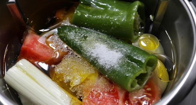Metemos todas las verduras en el vaso y cocinamos