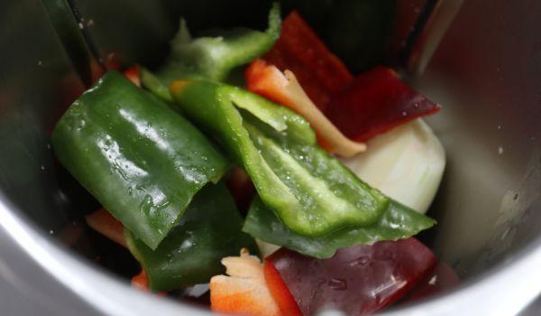 Ponemos la verduras en el vaso y las picamos