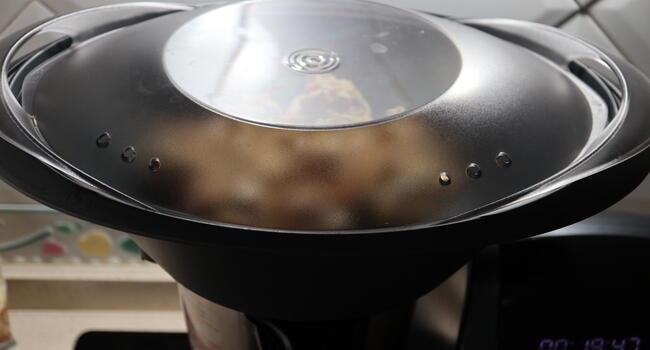 Ponemos los champiñones con el recipiente varoma y abajo la salsa