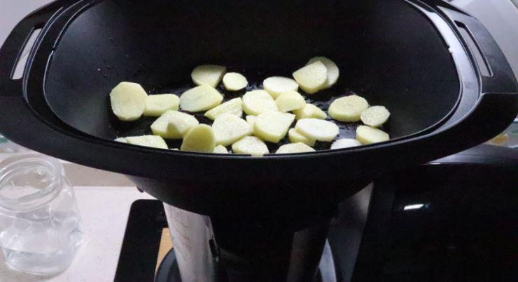 Ponemos las patatas en la parte baja del varoma para cocer