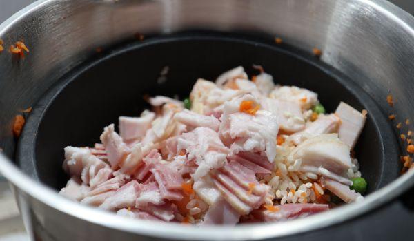 Poner todos los ingredientes dentro del cestillo y del vaso para cocinarlos