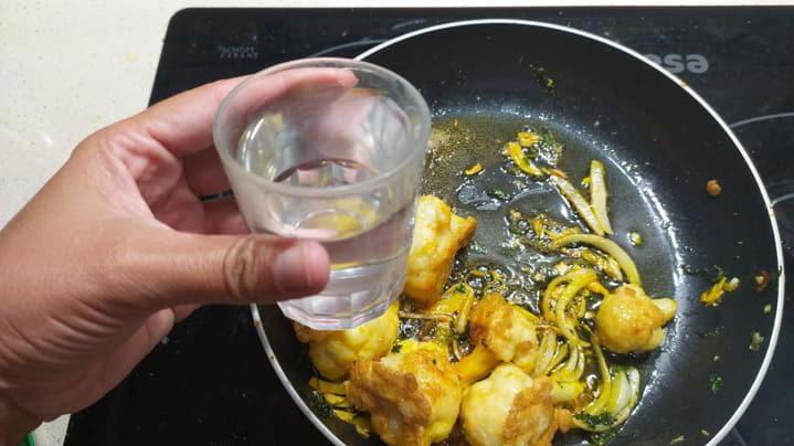Echar el agua para cocer