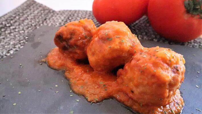 Receta terminada de albóndigas con la salsa de tomate de bote