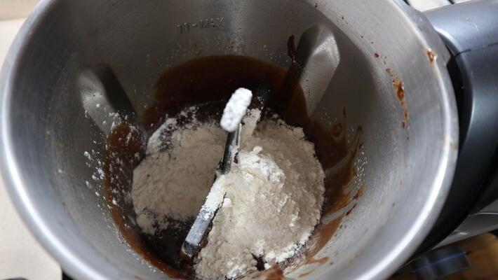 Echar la harina y la levadura junto a los huevos para hacer la masa