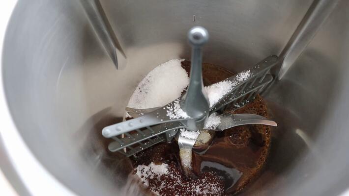 Echar el café soluble, el azúcar y el agua para hacer el café casero en Thermomix