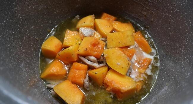 Echamos la calabaza junto los otros ingredientes y cocinamos todo junto en la olla