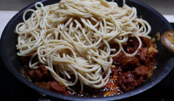 Echamos los espaguetis y rehogamos todo junto