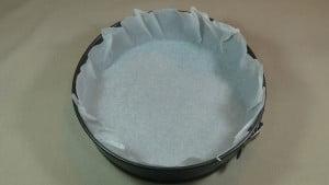Poner papel de horno en el molde para hornear