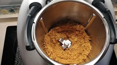 Poner las galletas para triturarlas en el vaso
