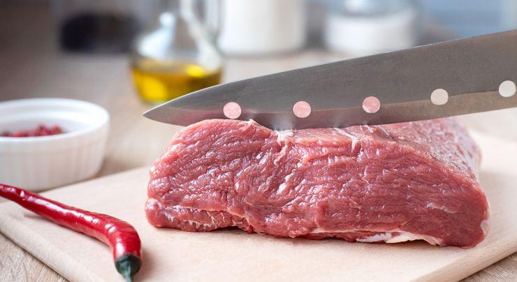 Cortando carne descongelada
