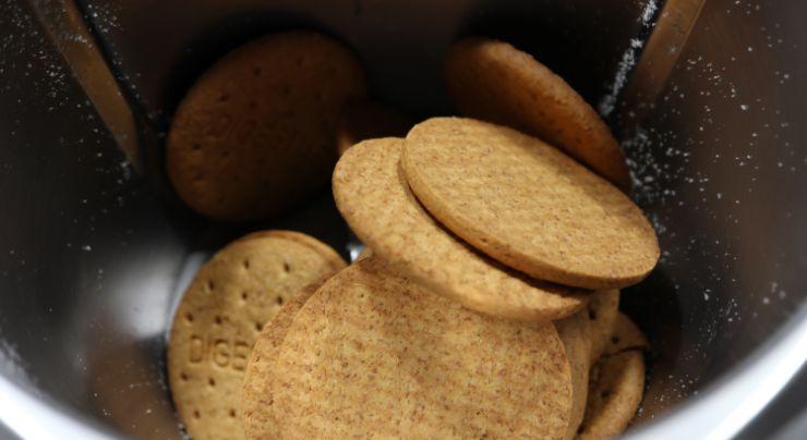 Ponemos las galletas enteras en el vaso y trituramos