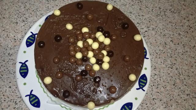 Receta de tarta de chocolate decorada con bolas de cholate