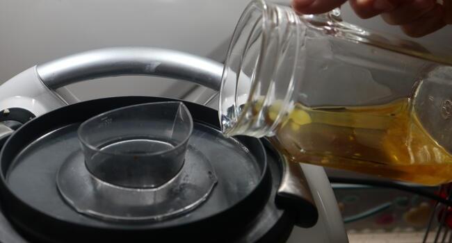 Echamos poco a poco el aceite y vamos emulsionando