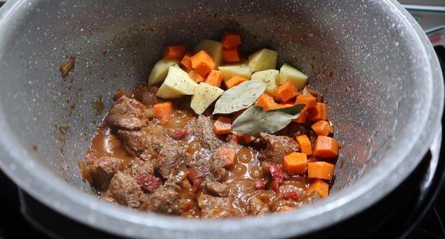 Echamos el resto de la verdura y las patatas cortadas en tacos y dejamos evaporar el vino
