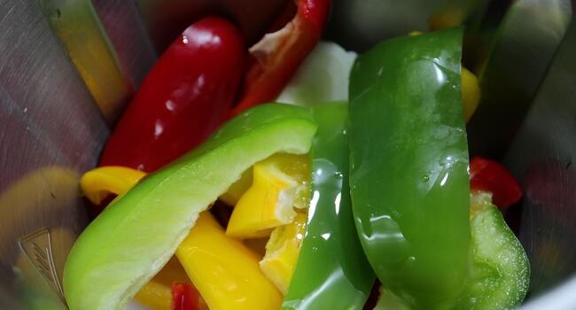 Picamos las verduras en el vaso