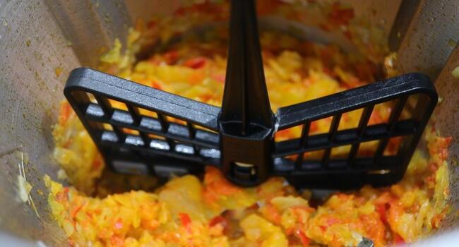 Hacemos el sofrito con la verdura colocando la mariposa en las cuchillas