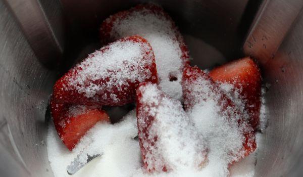 Ponemos las fresas en el vaso y lo picamos