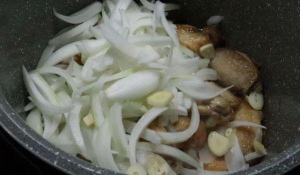 Ponemos la cebolla y la dejamos rehogar junto al pollo
