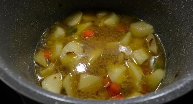 Echamos las patatas y las ponemos a cocer en la cubeta