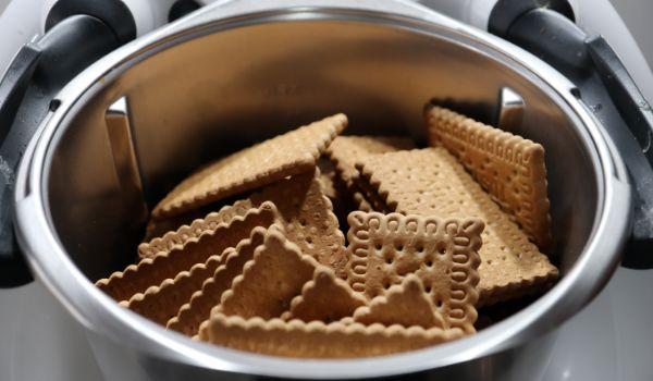 Ponemos las galletas y las trituramos