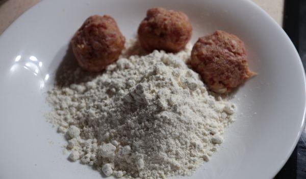 Hacer las albóndigas y pasar por harina