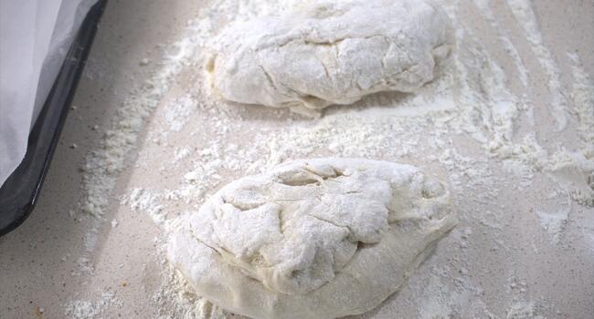 Amasamos en la encimera con un poco de harina y dividimos en dos partes