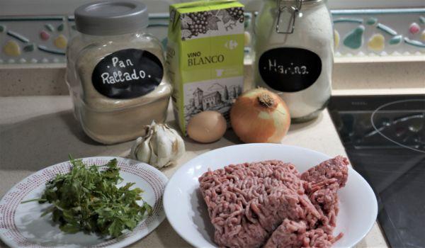 Los ingredientes necesarios para hacer las albóndigas caseras tradicionales