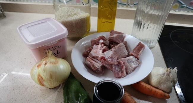 Los ingredientes para hacer costillas al vino y arroz para hacer con Thermomix