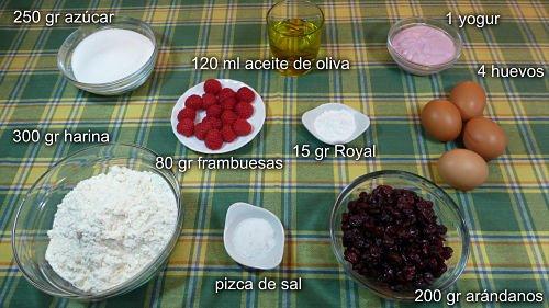 Los ingredientes necesarios para hacer bizcocho de frutas del bosque casero