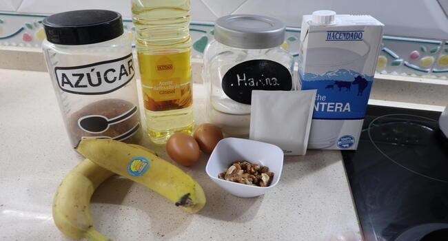 Los ingredientes necesarios para hacer un bizcocho de plátano y nueces con Thermomix