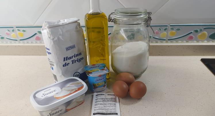Los ingredientes para hacer bizcocho de yogur y queso