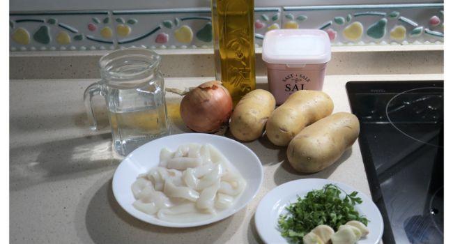Los ingredientes necesarios para hacer el guiso de calamares con patatas en la Olla gm