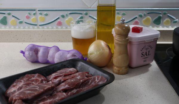 Los ingredientes necesarios para hacer las carrilleras a la cerveza